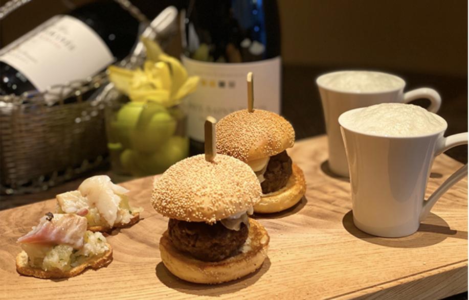 フォーシーズンズホテル東京でのラグジュアリーソーシャルアワーのフィンガーフード